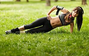 Фото Фитнес Траве Наушники Живот Шатенка Физическое упражнение молодые женщины