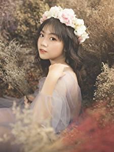 Фото Азиатки Брюнетки Венком Смотрит Сидящие Траве девушка