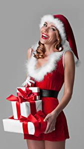 Обои Рождество Серый фон Униформа Шапки Подарок Счастливая Девушки