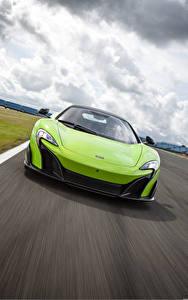 Картинки McLaren Спереди Движение Салатовая US-spec 2015 675LT машина
