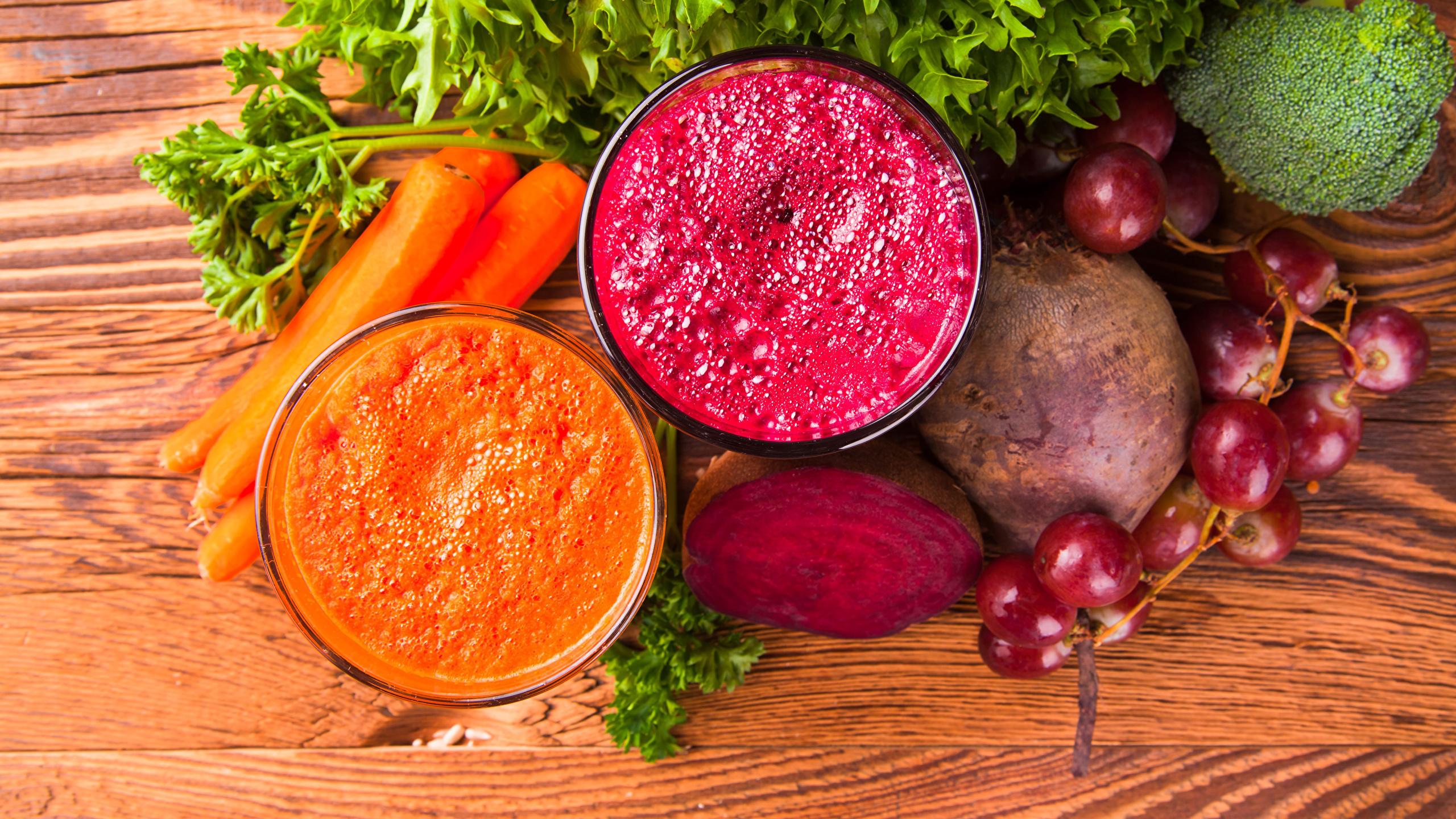 Обои для рабочего стола Еда Смузи Доски Морковь две Виноград Овощи стакане Свекла 2560x1440 Пища Продукты питания 2 два Двое вдвоем Стакан стакана свёкла