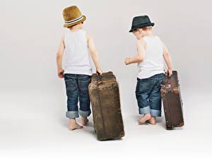 Обои Мальчик Вдвоем Чемодан Шляпа Майка Джинсов Белом фоне Дети