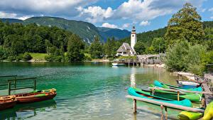 Картинка Словения Озеро Пристань Лодки Гора Лес Lake Bohinj