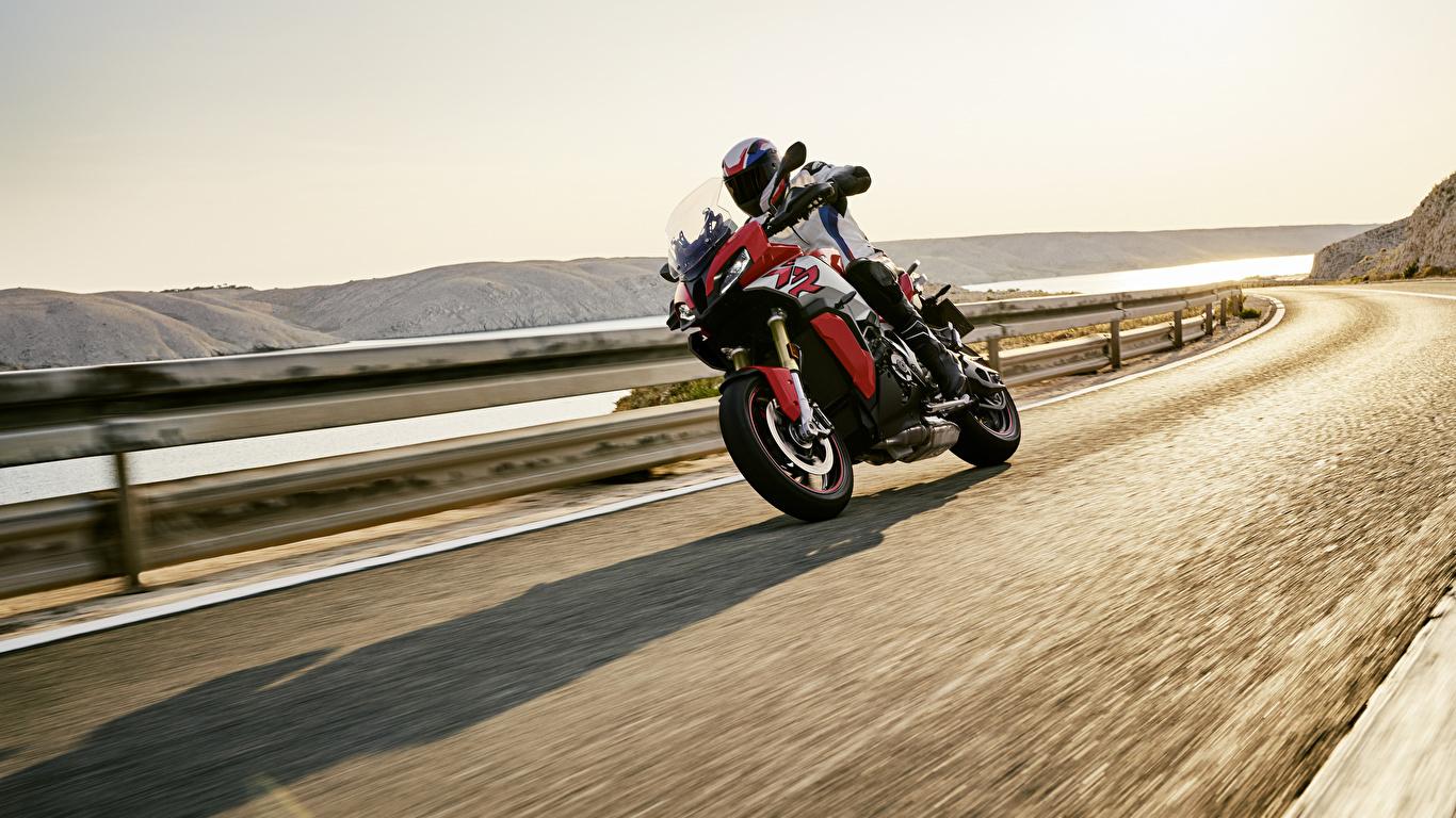 Картинка БМВ 2020 S 1000 XR Мотоциклы едущий Мотоциклист 1366x768 BMW - Мотоциклы мотоцикл едет едущая Движение скорость