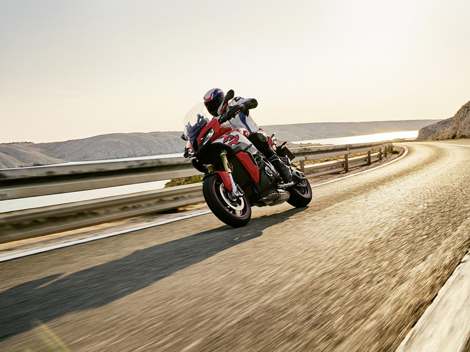 Картинка БМВ 2020 S 1000 XR Мотоциклы едущий Мотоциклист 1600x1200 BMW - Мотоциклы мотоцикл едет едущая Движение скорость