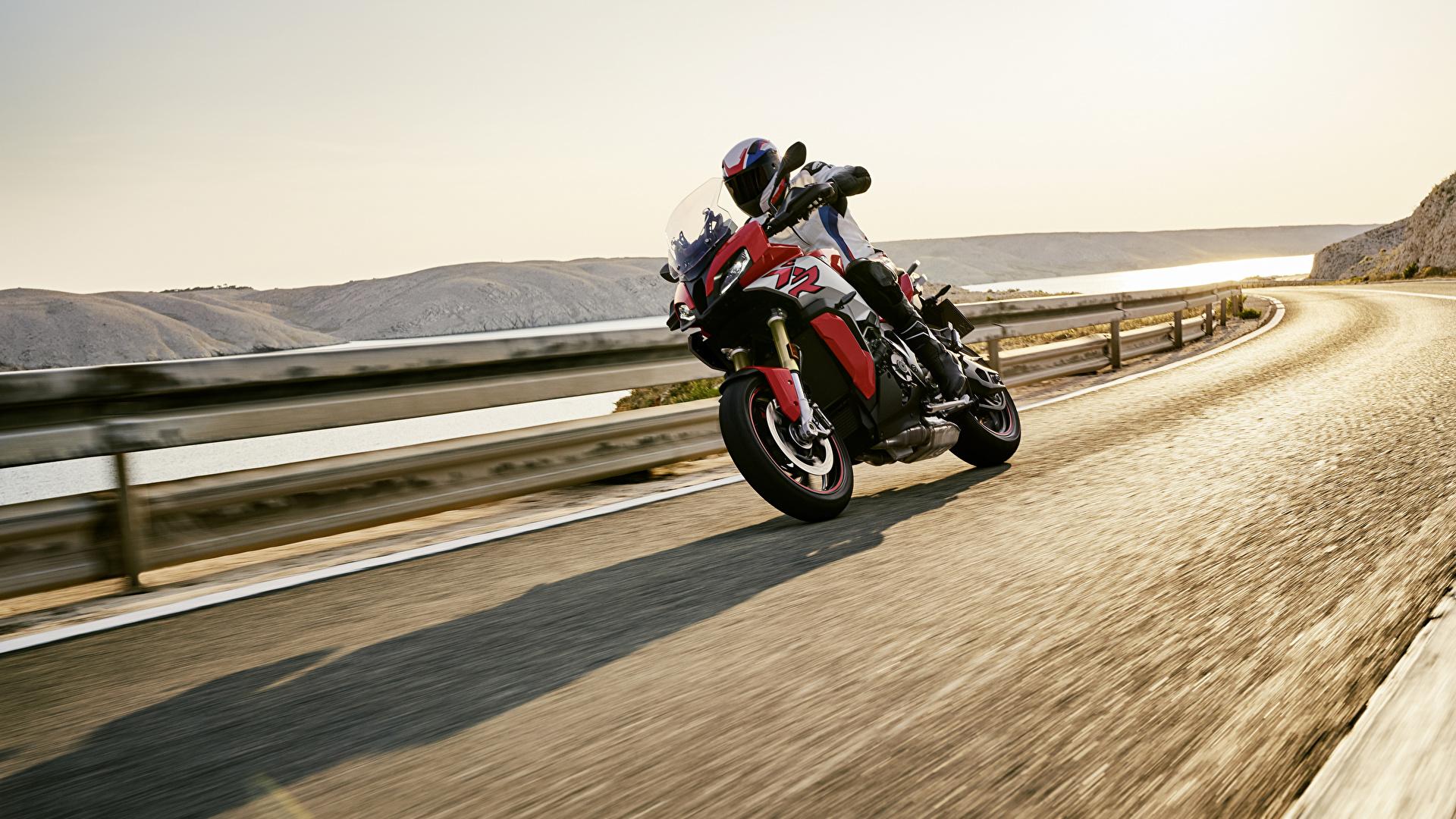Картинка БМВ 2020 S 1000 XR Мотоциклы едущий Мотоциклист 1920x1080 BMW - Мотоциклы мотоцикл едет едущая Движение скорость
