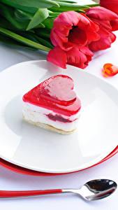 Обои День всех влюблённых Сладкая еда Пирожное Тюльпаны Сердечко Тарелка Ложки Продукты питания