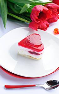Обои День всех влюблённых Сладкая еда Пирожное Тюльпаны Сердечко Тарелка Ложки
