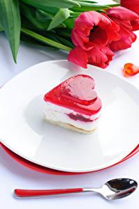 Обои День всех влюблённых Сладости Пирожное Тюльпаны Сердечко Тарелка Ложка