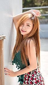 Фото Азиатки Позирует Улыбается Волос Смотрит Миленькие девушка