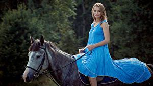 Картинки Лошади Блондинки Платья Сидит Девушки Животные