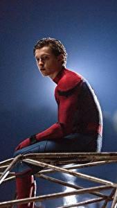 Фото Человек-паук: Возвращение домой Человек паук герой Герои комиксов Мужчины Сидящие Tom Holland Кино Знаменитости