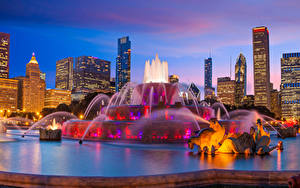 Фото США Здания Фонтаны Скульптуры Вечер Чикаго город Buckingham Fountain