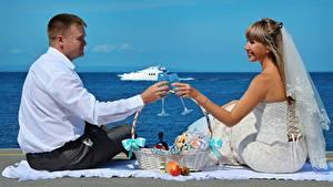Фотографии Мужчины Влюбленные пары Вдвоем Свадьбы Жениха Невеста Бокал Корзинка Сидит Девушки