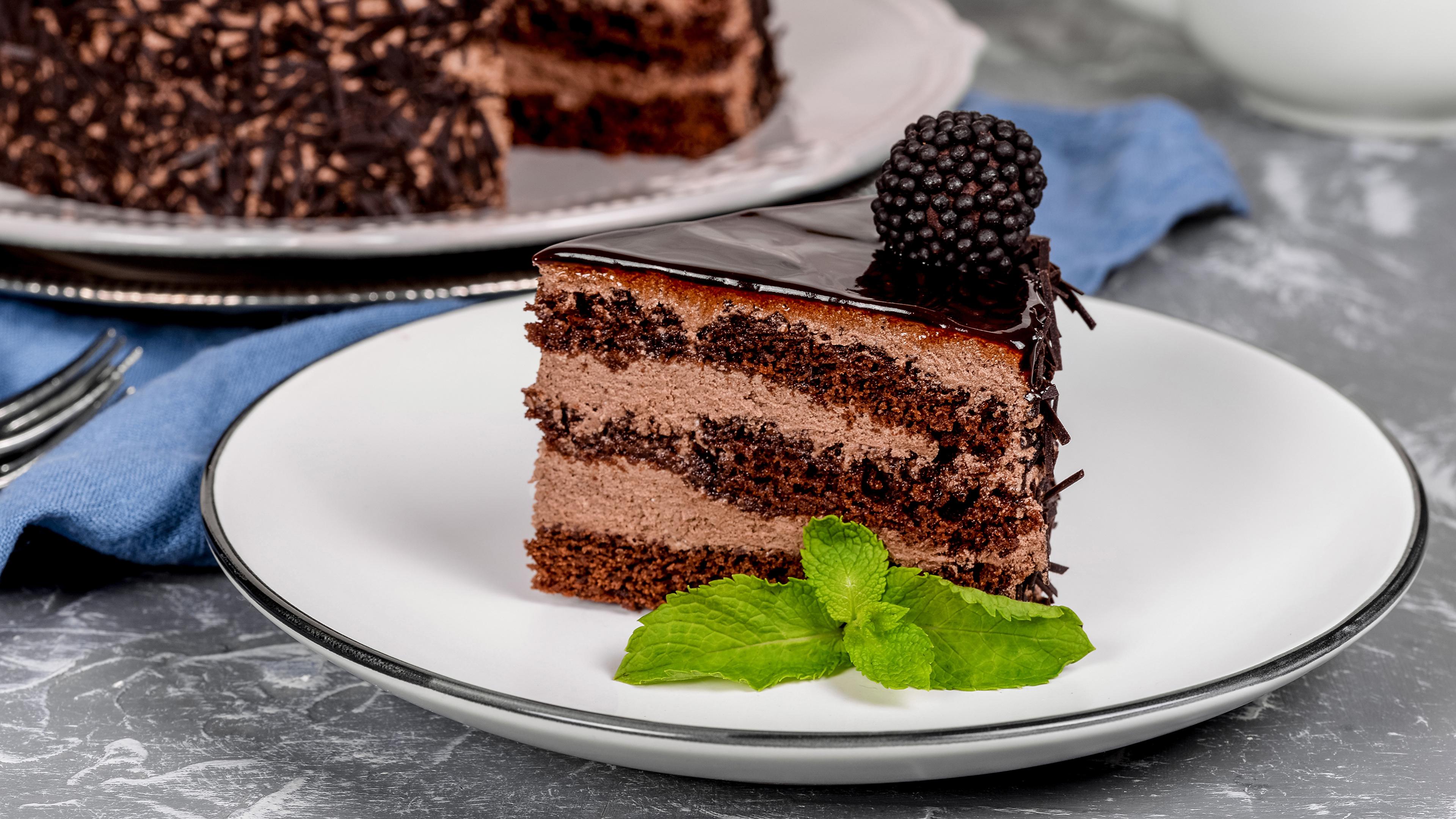 Фото Шоколад Торты часть Ежевика Еда Тарелка Пирожное 3840x2160 Кусок кусочки кусочек Пища тарелке Продукты питания