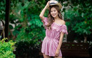 Фотография Азиаты Поза Шляпа Улыбается Взгляд Боке девушка