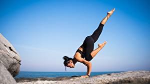 Обои для рабочего стола Гимнастика Йогой Тренируется Ног Брюнетки девушка