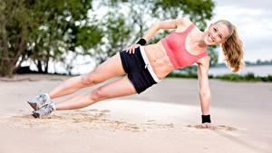 Картинки Фитнес Пляж Песок Физические упражнения Улыбка Ноги Шорты Девушки Спорт