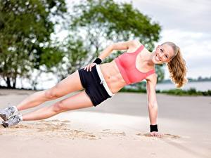 Картинки Фитнес Пляжа Песка Тренируется Улыбается Ноги Шортах Девушки Спорт