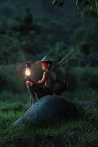 Обои Азиаты Камни Вечер Сидящие Мальчики Трава Лампа Шляпа Дети