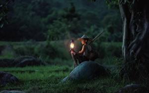 Обои Азиаты Камни Вечер Сидя Мальчишка Трава Лампы Шляпа Дети