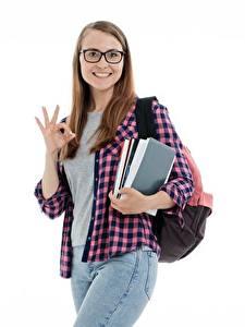 Обои для рабочего стола Студентка Белом фоне Шатенки Смотрит Очков Улыбается Рубашке Джинсов Рука девушка
