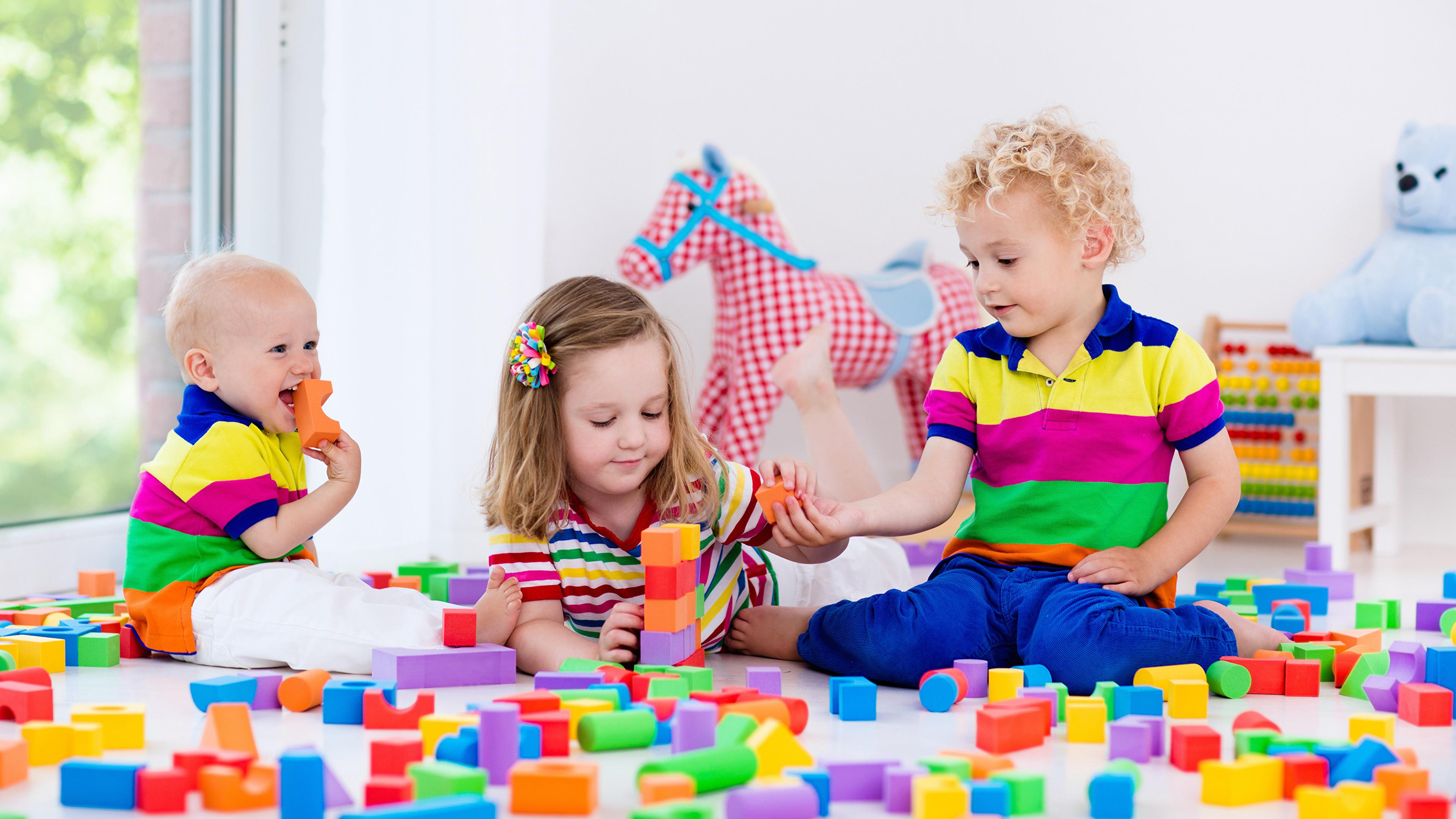 Фото Девочки мальчик грудной ребёнок Дети Трое 3 Игрушки 3840x2160 девочка Младенцы Мальчики младенца младенец мальчишки мальчишка ребёнок три втроем игрушка