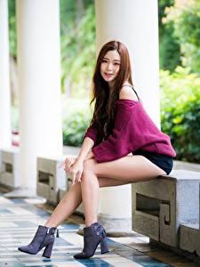 Фотографии Азиаты Боке Позирует Ног Красивые Свитер Шатенки молодая женщина