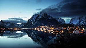 Картинки Норвегия Лофотенские острова Горы Здания Вечер Берег Деревня Reine Village