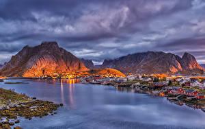 Фото Норвегия Лофотенские острова Горы Дома Пристань Вечер Заливы Reine город