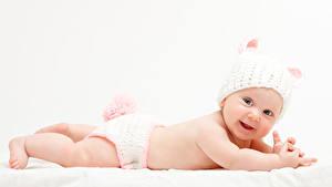 Фотографии Белым фоном Младенцы Шапки Улыбка ребёнок