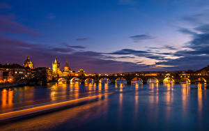 Картинка Чехия Прага Дома Речка Мосты Небо Ночь Города