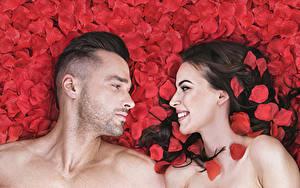 Фотографии Мужчины Любовь 2 Брюнетка Улыбка Лепестки Взгляд Девушки