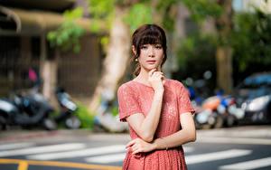 Картинка Азиатки Позирует Платье Руки Взгляд Боке Девушки