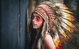 Фото Перья Индейский головной убор Индейцы Смотрит Девушки