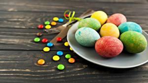 Картинки Праздники Пасха Конфеты Доски Яиц Тарелка Разноцветные