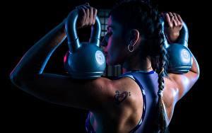 Фото Фитнес Спина Косички Гантель Laura молодая женщина Спорт
