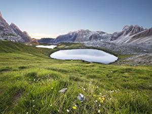 Картинки Италия Горы Озеро Траве Tre Cime Di Lavaredo Природа
