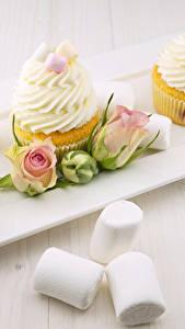 Картинки Розы Пирожное Капкейк кекс Зефирки Бутон Трое 3 Пища Цветы