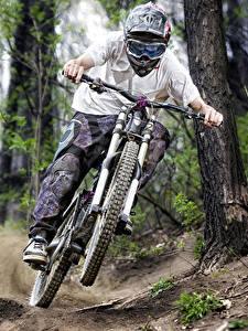 Картинки Велосипеды Шлем Скорость Очки Спорт