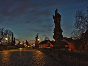 Фото Прага Чехия Здания Мосты Скульптуры Ночь Уличные фонари Города