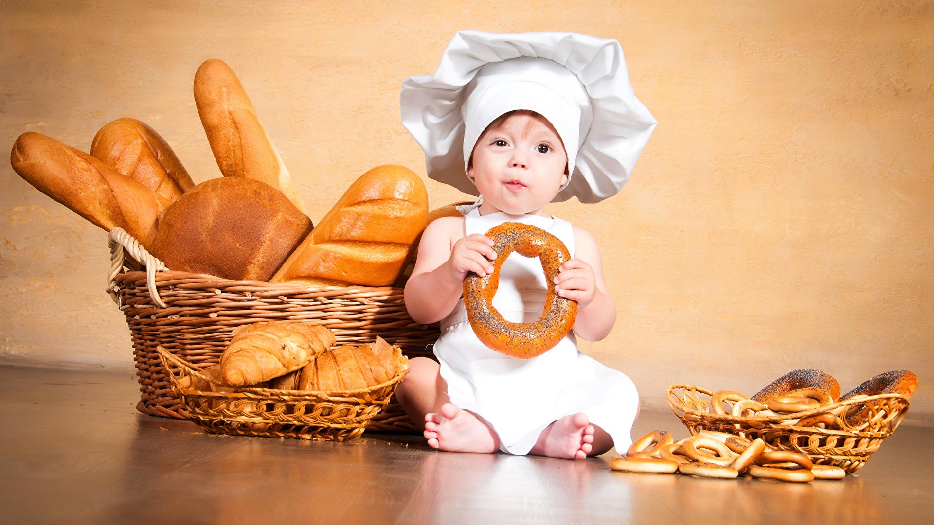 Фотография мальчик младенца ребёнок Хлеб Корзинка повары Выпечка 1920x1080 Мальчики Младенцы младенец мальчишки мальчишка грудной ребёнок Дети корзины Корзина Повар повара