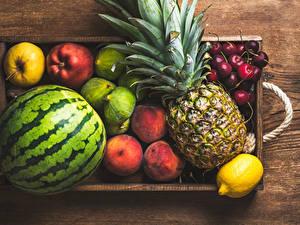 Фотография Арбузы Ананасы Яблоки Персики Лимоны Вишня Продукты питания