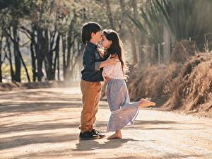 Фотография 2 Мальчик Девочка Обнимает Целует ребёнок