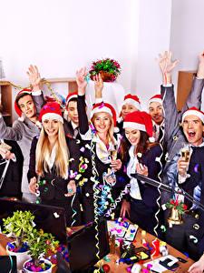 Картинки Праздники Рождество Мужчины Смех Радость Шапки Бокалы