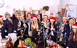 Картинки Праздники Рождество Мужчины Смех Радость Шапки Бокалы Девушки