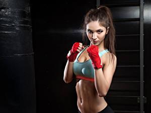 Фото Фитнес Шатенка Физические упражнения Смотрит Живот Девушки Спорт