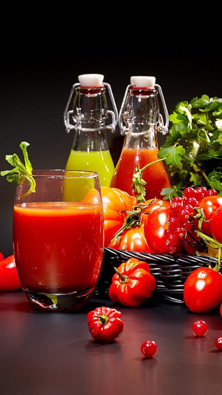 Фото Помидоры стакана Смородина Пища Перец Бутылка Черный фон 720x1280 Томаты Стакан стакане Еда бутылки Продукты питания