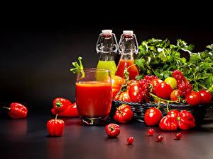 Фото Помидоры Перец Смородина На черном фоне Стакане Бутылки Пища