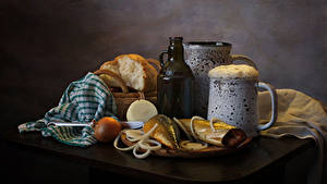 Картинки Натюрморт Пиво Рыба Хлеб Лук репчатый Стола Кружки Пена Бутылки